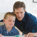 Делать уроки, домашнее задание вместе с младшим школьником
